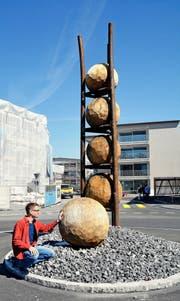 Der Künstler Christoph Scheuber mit seinem Kunstwerk «Eile mit Weile» auf dem Verkehrskreisel in Kerns. (Bild Romano Cuonz)