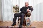 Romano Simioni posiert in seiner Wohnung mit einem Erinnerungsbild, das ihn mit Gianni Agnelli, Ehrenpräsident von Juventus Turin, zeigt. (Bild: Philipp Schmidli / Neue LZ)