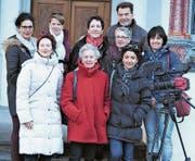 Die «Kalendergirls» mit Lory Schranz (hintere Reihe Dritte von links) und Tony Gnos vor der Jagdmattkapelle in Erstfeld. (Bild: Markus Fink)