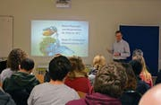 Stefan Baumann stellte den Studenten das Projekt Fischzucht vor. (Bild: PD (Erstfeld, 24. Februar 2017))
