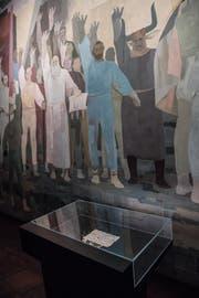 Blick in das Bundesbriefmuseum in Schwyz. Im Bild: Vitrine mit dem Bundesbrief vor dem Wandgemälde von W. Clénin. (Bild: Boris Bürgisser / LZ (16. Juli 2016))