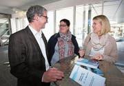 Ständerat Erich Ettlin mit den Berufsbildnerinnen Leandra Stucki (Mitte) und Désirée Marascio vom Felsenheim Sachseln. (Bild: Apimedia)