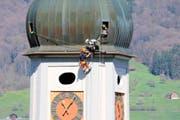 In schwindelerregender Höhe bringen Roger Christen und Roman Spichtig die erweiterten Blitzableiter an. (Bild Marion Wannemacher)