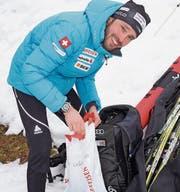 Packt in Ulrichen ein letztes Mal seine Biathlon-Ausrüstung zusammen: der 33-jährige Ivan Joller aus Stans. Bild: Franz Hess (Ulrichen, 26. März 2017)