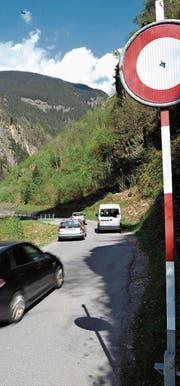 Ob Amsteg können Autos noch problemlos kreuzen oder überholen. Weiter oben wird es aber eng. (Bild: Urs Hanhart (Amsteg, 13. April 2017))