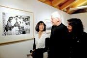 Ausstellungsgestalter Pater Eugen Bollin und die Nichten des Künstler-Paters, Daria Stadler und Trudy Stadler (von links). (Bild Romano Cuonz)