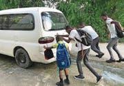Bevor die Kinder einsteigen können, müssen sie ihren altersschwachen Schulbus erst mal anschieben. (Bild: PD)