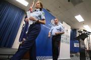 Ein Mann griff in Sidney einen Wanderer mit einem Messer an. Australische Polizisten bei einer Medienkonferenz in Australien (Symbolbild). (Bild: AP Photo/Rick Rycroft, File)