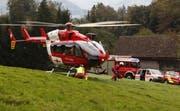 Der Notarzt steigt aus dem landenden Helikopter. (Bild: Geri Holdener, Bote der Urschweiz)