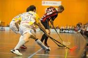 Will den Ball trotz hoher Erwartungen flachhalten: Verteidiger Jonas Höltschi (rechts). (Bild: Dominik Wunderli)