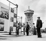 Während der Weltausstellung der Photographie (1952) wurde im Geheimen an einem Fotomuseum für Luzern getüftelt. Im Hintergrund der 40 Meter hohe Holzturm. (Bild: Ringier Bildarchiv Aarau)