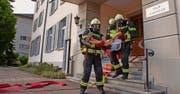 Die Feuerwehr musste elf junge «Verletzte» aus dem Gebäude retten. Bild: Geri Holdener