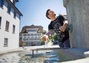 Christoph Scheuber beim Brunnen vor dem Winkelried-Denkmal. (Bild: Corinne Glanzmann (Stans, 20. Juli 2016))