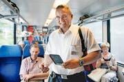 Zugbegleiter André Schumacher auf Billettkontrolle in der Zentralbahn. (Bild Corinne Glanzmann)