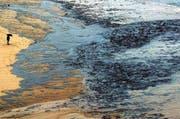 Voll von Öl des gesunkenen Tankers «Prestige» war auch nach einem Jahr die Küste von Finisterre im Nordwesten Spaniens. (Bild: AP Photo/Carmelo Alen)