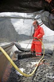 Mit Höchstwasserdruck wird die oberste Schicht des Betons entfernt. (Bild Corinne Glanzmann)