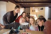 Magdalena Bucher (links) und Elionora Amstutz (vorne links) betrachten zusammen mit Kindern auf ihrer Entdeckungsreise durch das Winkelriedhaus ein Praxinoskop. (Bild: Marion Wannemacher (Stans, 15. März 2017))
