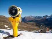 Wenn die weisse Pracht nicht so richtig will, wird fleissig nachgeholfen. Im Bild: eine Schneekanone in Arosa (Archiv). (Bild: Keystone/GIAN EHRENZELLER)