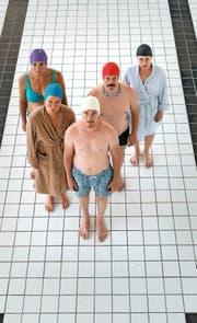 Die Schauspielcrew im Pool des Veranstaltungshauses Neubad in Luzern. (Bild: PD)