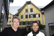 Nach dreieinhalb Jahren überlässt Seppi Durrer (links) den «Tell» dem neuen Pächter Osvaldo Vitale. (Bild Kurt Liembd)