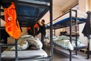 In den Asylunterkünften gibt es keinen Heimservice: Die Bewohner müssen selber putzen, waschen und kochen. (Bild: Keystone)