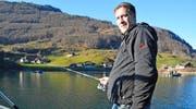 Tom Bucher-Marti war am Stephanstag bei der Fischereieröffnung nicht allein am Lungerersee. Rund 300 Petrijünger nutzten den schönen Tag. (Bild Romano Cuonz)