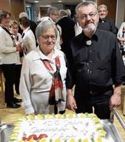 Annemarie Zgraggen (40 Jahre aktives Singen) und der abtretende Vizepräsident Martin Zgraggen wurden an der Jubiläums-GV geehrt. (Bild: PD)