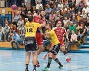 Schwerer Stand für die Stanser mit Roger Scherrer (oben): Am Altdorfer Kevin Ledermann (links) gibt es kein Durchkommen. (Bild: Roger Grütter (Stans, 4. November 2017))