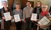 Die vier neuen Ehrenmitglieder zusammen mit dem abtretenden Präsidenten; von links: Tiny van den Berg, Lydia Arnold, Renato Mauri, Hanny Rietmann und Ruth Bissig. (Bild: PD (Flüelen, 23. Februar 2018))