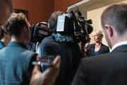 Isabelle Moret stellt sich nach dem Hearing bei der SVP den Fragen der Bundeshausjournalisten. (Bild: Alessandro della Valle/Keystone (Bern, 12. September 2017))