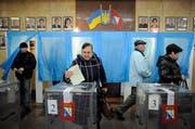 Eine Frau gibt in einem Wahllokal in Simferopol ihre Stimme ab. (Bild: Keystone)