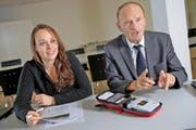 Tochter Claudia Schiller und Vater Alfred E. Schiller präsentieren den kleinsten Defibrillator der Welt, der nun per Drohne transportiert wird. (Bild Christian Hildebrand)