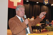 Gemeindepräsident Rolf Zgraggen hält die Schlüssel des erneuerten Schulhauses in der Hand. (Bild: Markus Zwyssig (Schattdorf, 16. September 2017))
