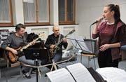 Die 16-jährige Gesangsschülerin Nicole Müller probt zusammen mit der Band für ihren Auftritt. Im Bild (von links): Roger Scheiber (Bass) und Gianluca Sala (Gitarre). (Bild: Urs Hanhart (Altdorf, 24. März 2017))