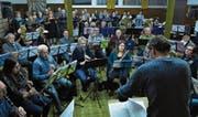 Chor und Blasmusik proben unter der Leitung von Christian Simmen. (Bild: PD)