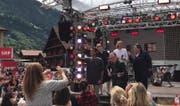 Fans jubeln während der Nachmittagsprobe Roman Kilchsperger und der Kelly Family zu. (Bild: Nadia von Euw, Bote der Urschweiz)