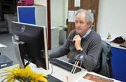 Bert Schnüriger an seinem Arbeitsplatz in der Redaktion der «Neuen Schwyzer Zeitung». (Bild Sandro Portmann)