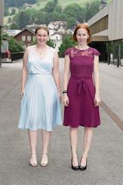 Für ihre Maturaarbeiten geehrt: Alina De Col (links) und Lea Estermann. (Bild: Roger Zbinden)
