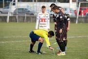 Der Freistoss-Spray: beim Testspiel des FCL (Remo Freuler in Weiss) gegen Lugano schon getestet. (Bild Martin Meienberger)