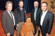 Res Schmid (links) und Edi Engelberger (2. v. l.) vertraten am Podium den Pro-Standpunkt, Benno Zurfluh (2. v. r.) und Martin Zimmermann (rechts) den gegnerischen. (Bild: Roger Zbinden (Stansstad, 10. November 2017))