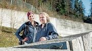 Flavia Barmettler (links) und Anja Fischer vor ihrer Abreise an die Nachwuchs-Weltmeisterschaften. Bild: Corinne Glanzmann (Flüelen, 18. Februar 2017)