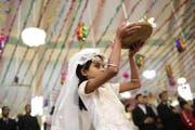 Ein Mädchen nimmt an den Weihnachtsfeierlichkeiten in einer Kirche in Tejgaon in Bangladesch teil. In Bangladesch sind weniger als ein Prozent der Bevölkerung Christen. (Bild: Keystone)
