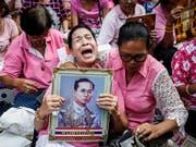 Ein Land trauert: Viele Thailänderinnen und Thailänder wuchsen mit Bhuminbol als Monarchen auf. (Bild: KEYSTONE/EPA/RUNGROJ YONGRIT)