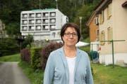 Kurz vor der Veranstaltung am Donnerstag strahlt Barbara Bär noch Zuversicht aus und posiert vor dem Hotel Löwen. (Bild: Keystone/Urs Flüeler)