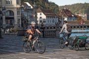 Polizist Andres Gomez ist oft mit dem Bike im Einsatz – und kennt die Probleme der Luzerner Velofahrer. (Bild: Nadia Schärli (Luzern, 5. Oktober 2017))