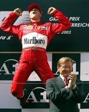 APA18122138-2 - 01052014 - SPIELBERG - ÖSTERREICH: ZU APA-TEXT SI - Michael Schumacher (GER/Ferrari) jubelt am Sonntag, 18. Mai 2003, am A1-Ring in Spielberg über den Sieg - im Vordergrund der damalige BK Wolfgang Schüssel. Der Deutsche gewinnt das Rennen vor dem Finnen Kimi Räikkönen im McLaren-Mercedes und 2002-Sieger Rubens Barrichello. APA-FOTO: HANS KLAUS TECHT (Bild: Hans Klaus Techt / APA / Keystone (Spielberg, 18. Mai 2003))