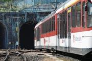 Ein Zug der Zentralbahn fährt aus dem Loppertunnel 1 zwischen Hergiswil und Alpnachstad. (Bild: Matthias Piazza (Hergiswil, 21. August 2015))