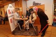 Am Gidelmäändig präsentierten die Unterschächner Fasnächtler ihre Sujets im Hotel Alpina. (Bild: Franz Imholz (Unterschächen, 12. Februar 2018))
