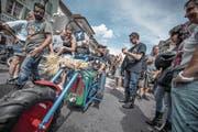 Killian Kurmann (oben) kam mit einer Spezialanfertigung an die Big-Hill-Bike-Party ins Städtchen Willisau. (Bilder: Pius Amrein (Willisau, 8. Juli 2017))