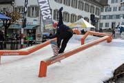 Mitten auf dem Stanser Dorfplatz zeigen Snowboarder ihr Können.